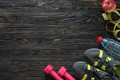 Sport sprawności fizycznej rzeczy na ciemnym drewnianym tle Zdjęcia Stock