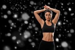 sport Starkt och härligt vinterbegrepp för kvinnasportkropp med arkivfoto
