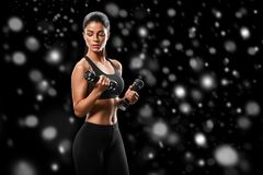 sport Starkt och härligt vinterbegrepp för kvinnasportkropp med royaltyfri fotografi