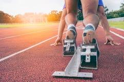 sport tillbaka sikt av mäns fot på det startande kvarteret som är klart för en spri royaltyfri bild