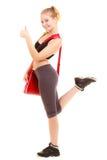 sport Tummar den sportiga flickan för kondition med idrottshallpåsevisning upp Royaltyfri Foto
