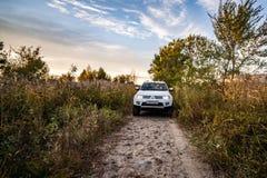 Sport und Bäume Mitsubishis Pajero im Herbst an einem sonnigen Tag Chabarowsk, Russland 12. Oktober 2018 stockfoto