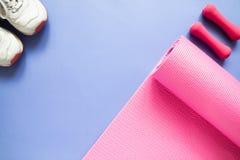 Sport- und Eignungsausrüstungen auf purpurrotem Farbhintergrund, Spitze VI stockfoto