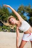 Sport- und Lebensstilkonzept - Frau, die draußen Sport tut Lizenzfreie Stockfotografie