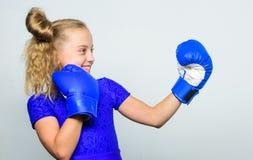 Sport und Sportkleidungsmode Ausbildung mit Trainer kampf Boxerkindertraining, gesunde Eignung Ausscheidungswettkampf und Energie stockfotografie