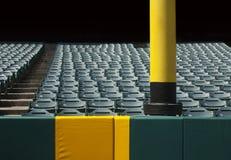 Sport verschmutzt Pfosten mit Sitzen stockbild