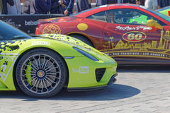 Sport-voitures rapides avant le début de l'événement public Gumball 30 Image libre de droits