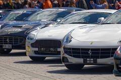 Sport-voitures rapides avant le début de l'événement public Gumball 30 Photo stock