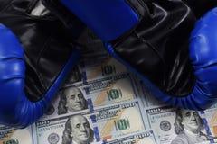 Sport voor geld, die voor geld in dozen doen dollars en bokshandschoenen Stock Afbeelding