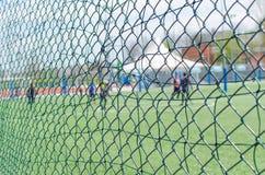 Sport-Zaun With Blurred People Lizenzfreie Stockfotografie