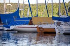 Sporta łódkowaty schronienie na jeziorze Zdjęcia Stock