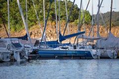 Sporta łódkowaty schronienie na jeziorze Fotografia Royalty Free