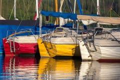 Sporta łódkowaty schronienie na jeziorze Zdjęcia Royalty Free