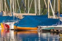 Sporta łódkowaty schronienie na jeziorze Zdjęcie Stock