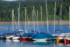 Sporta łódkowaty schronienie na jeziorze Obrazy Stock
