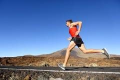 Sporta bieg mężczyzna - męski biegacz trenuje outdoors Zdjęcia Stock