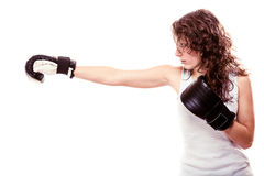 Sporta boksera kobieta w czarnych rękawiczkach. Sprawności fizycznej dziewczyny kopnięcia stażowy boks. Obrazy Royalty Free
