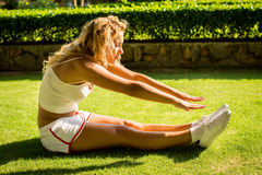 Sporta i stylu życia pojęcie - kobieta robi sportom outdoors Obrazy Stock