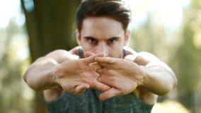 Sporta mężczyzny rozciągania ręki przed sprawności fizycznej trenować plenerowy Sprawność fizyczna mężczyzna zbiory