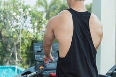 Sporta mężczyzna ćwiczy na kieratowej maszynie Fotografia Stock