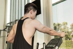 Sporta mężczyzna ćwiczy na kieratowej maszynie Obraz Stock
