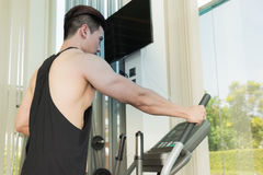 Sporta mężczyzna ćwiczy na kieratowej maszynie Zdjęcia Royalty Free