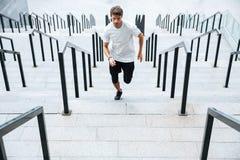 Sporta mężczyzna bieg drabiną przy stadium zdjęcie stock