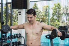 Sporta mężczyzna jest pracujący z dumbbell out, ćwiczyć pracujący przy sprawnością fizyczną out Obraz Stock