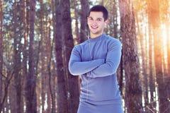 Sporta mężczyzna pozycja w lasowym i uśmiechniętym Zima obraz stock