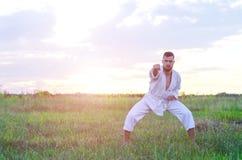 Sporta mężczyzna trenuje sztuka samoobrony karate przy zmierzchem, beauti Zdjęcia Royalty Free