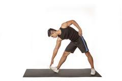 Sporta mężczyzna w czarnym robi Bocznym Strecth Obrazy Royalty Free