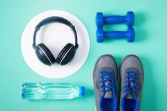 Sporta mieszkania nieatutowy skład z dumbbells i hełmofonami Zdjęcie Royalty Free