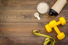 Sporta odżywianie ustawiający z proteina proszkiem dla koktajlu i barów drewnianej tło odgórnego widoku przestrzeni dla teksta fotografia stock