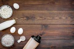 Sporta odżywianie ustawiający z proteina proszkiem dla koktajlu, jajek i dojnej drewnianej tło odgórnego widoku przestrzeni dla t fotografia royalty free