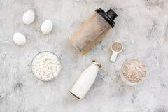 Sporta odżywianie ustawiający z proteina proszkiem dla koktajlu, jajek i mleko szarość kamienia tła odgórnego widoku przestrzeni  obraz royalty free