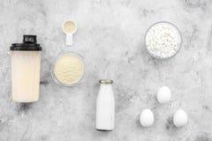 Sporta odżywianie ustawiający z proteina proszkiem dla koktajlu, jajek i mleko szarość kamienia tła odgórnego widoku przestrzeni  zdjęcie royalty free