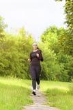 Sporta pojęcie: Pozytywna Zmysłowa Kaukaska sportsmenka Biega F Obrazy Royalty Free