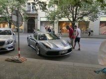 Sporta samochód parkuje na ulicie Obrazy Stock