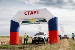Sporta samochód przygotowywa zaczynać wiec, stoi przed zaczyna bramą zdjęcia royalty free