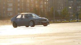 Sporta samochodu przejażdżki Poścą wzdłuż Biegowego śladu i przerw Nagle zdjęcie wideo