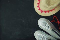 Sporta srebra błyskotania butów dzieci Chalkcs tła kopii Chalkboard Textured przestrzeń Edukaci rodziny rodzice Obraz Stock