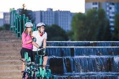 Sporta stylu życia pojęcia Kaukaska para rowerzyści z rowerami górskimi zdjęcie stock