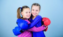 Sporta sukces przyjaźń trening mały dziewczyna bokser w sportswear uderzać pięścią nokaut Sprawności fizycznej dieta energetyczni obrazy royalty free