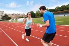 Sporta trener trenuje młodej atrakcyjnej kobiety Zdjęcia Stock
