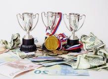 Sporta wygrany pojęcie: trzy filiżanki wśród różnorodnego waluta euro, Zdjęcia Royalty Free