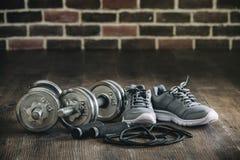 Sporta wyposażenia sneakers linowy omija dumbbell dla sprawności fizycznej zdjęcie stock