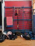 Sporta wyposażenie i gimnastyk maty wieszamy na ściennych barach w gym fotografia stock