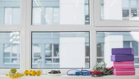 Sporta wyposażenie kłama na windowsill zdjęcia royalty free