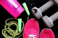 Sporta wyposażenie na czarnym tle Bawi się odzież, bawi się modę, sportów akcesoria Sneakers, sportowi buty, dumbbells, hełmofony Obraz Stock