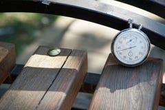 Sporta zegarek na ławce robić drewno fotografia royalty free